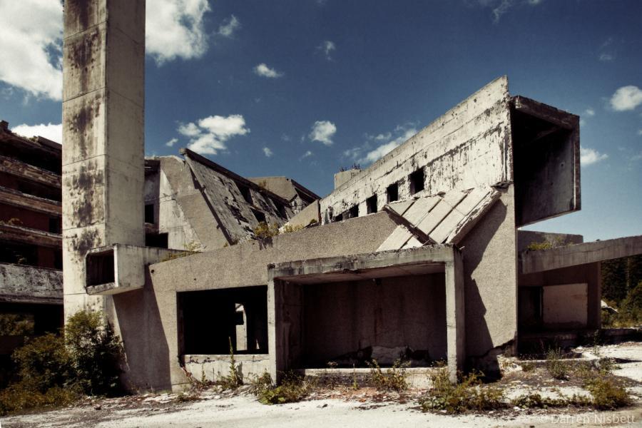 Развалины олимпийского отеля в Сараево