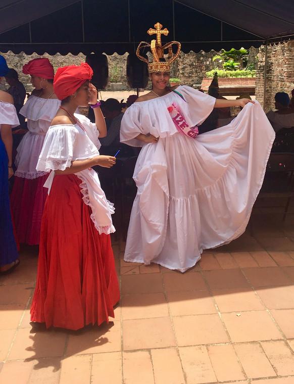 Девушки в народных костюмах своих африканских предков