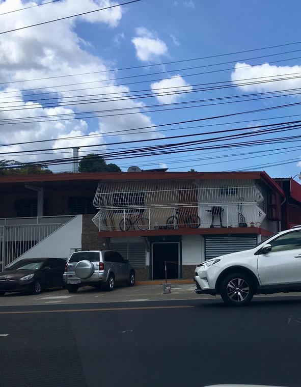 Дом в бедном районе. Внимание привлекают решетки на окнах