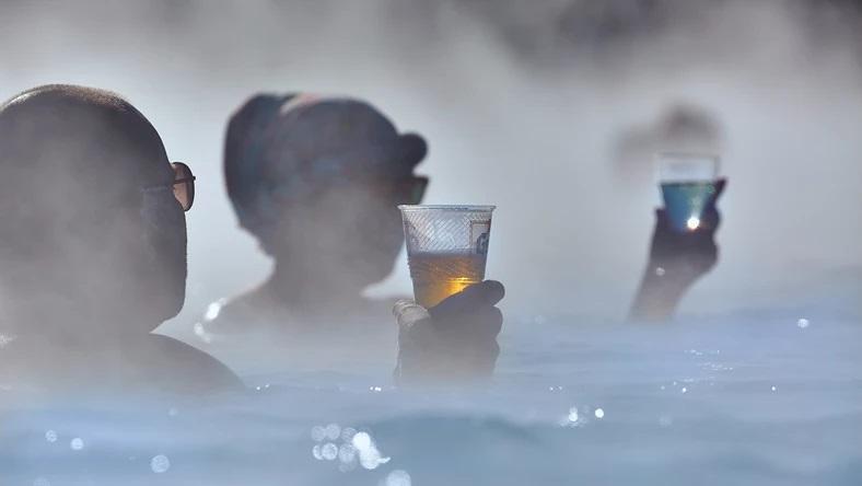 Пиво в горячем бассейне и гейзере